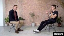 Lãnh đạo đối lập Nga Alexei Navalny dự một cuộc phỏng vấn với blogger You Tube nổi tiếng người Nga, Yury Dud, tại Berlin, Đức. Ảnh chụp từ video phát hành hôm 6/10/2020. YouTube - vDud/Handout/Reuters TV via REUTERS