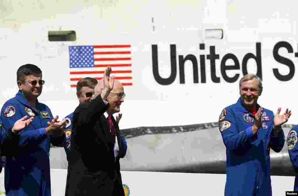 """El exsenador y astronauta John Glenn saluda a la multitud que lo ovaciona durante su presentación en el Museo Nacional del Aire y el Espacio en Virginia a la llegada de la histórica nave """"Discovery"""" en abril de 2012."""