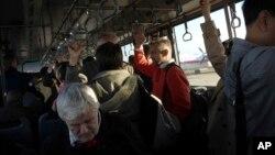 북한을 방문을 마친 외국인들이 평양 순안공항에서 베이징으로 향하는 여객기에 탑승하기 위해 셔틀버스로 이동하고 있다. (자료사진)