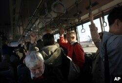 북한 방문을 마친 외국인들이 평양 순안공항에서 베이징으로 향하는 여객기에 탑승하기 위해 셔틀버스로 이동하고 있다. (자료사진)