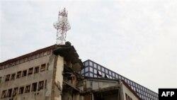 Stara zgrada Radio televizije Srbije, uništena tokom NATO bombardovanja, ispred novog zdanja