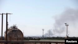 آتش سوزی تاشی از انفجار تانکرهای نفتی لیبی در پی درگیری سنگین میان نیروهای شبه نظامی رقیب در نزدیکی طرابلس - اول مرداد