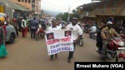 Des militants de Filimbi marchent dans une rue de Bukavu, RDC, 23 février 2016. VOA/Ernest Muhero
