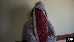 Un journaliste d'investigation avec le visage caché lors d'une interview à Accra, Ghana, 12 juin 2018.