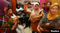 Para ibu menggendong bayinya untuk menunggu giliran diperiksa di rumah sakit Sitti Fatimah di Makassar. (Foto: Dok)