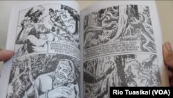Komik wayang yang diterbitkan TB Maranatha sangat digemari karena kepiawaian pelukisnya menggambar secara detail. (Foto: Rio Tuasikal/VOA)
