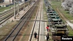 Украинские танки готовы к отправке из Крыма из района вблизи Симферополя. 31 марта 2014 г.