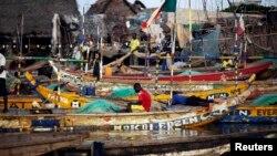 Des bateaux de pêcheurs dans un quartier de Cotonou, Benin, le 16 novembre 2011.