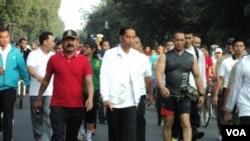 Preside Jokowi didampingi Walikota Solo berolahraga di Hari Bebas Kendaraan di Solo, Minggu, 24 Mei 2015 (VOA/Yudha Satriawan)