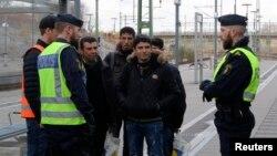 Polisi menanyai orang-orang di stasiun kereta api Hyllie dekat Malmo, Swedia. (Foto: Dok)