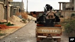 지난 7일 리비아 벵가지 서부에서 정부군이 수니파 무장조직 ISIL과 전투 대비태세를 갖추고 있다. (자료사진)