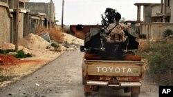 지난 7일 리비아 벵가지 서부에서 리비아 정부군이 수니파 무장조직 ISIL과 전투를 준비하고 있다. (자료사진)