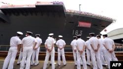"""2013年8月6日横滨下水仪式: 日本最新军舰日本""""出云""""号巡洋舰船员站在船沿"""
