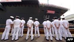 日本海上自卫队新军舰出云号的水兵。(2013年8月6日)