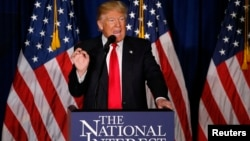 Kandidat calon presiden unggulan Partai Republik, Donald Trump memberikan pidato soal kebijakan luar negeri AS di Washington DC, Rabu (27/4).