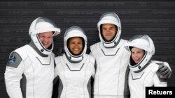 12 Eylül 2021 - SpaceX şirketi aracıyla dünyanın yörüngesine astronotsuz gerçekleştirilecek ilk uçuşun mürettebatı Cris Sembroski, Sian Proctor, Jared Isaacman ve Hayley Arceneaux'den oluşuyor