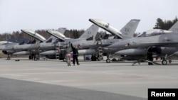 حملات هوایی به رهبری ایالات متحده به پیمانۀ زیاد جلو پیشروی داعش را گرفت.