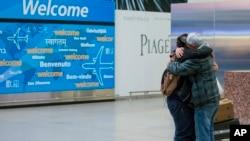 剛出關的一個13歲的也門男孩在紐約肯尼迪國際機場跟接機的父親擁抱(2017年2月5日)
