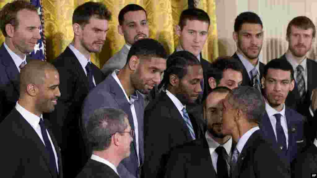 Le président Barack Obama serre la main de Tim Duncan à la Maison Blanche, Washington, 12 janvier 2015