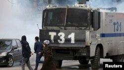 یک خودروی زرهی پلیس ضدشورش ترکیه برای متفرق کردن معترضان در زمان اجرای قانون منع رفت و آمد در منطقه ای در دیاربکر - ۷ بهمن ۱۳۹۴
