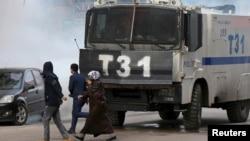 土耳其防暴警察使用催泪瓦斯驱散示威者库尔德人。