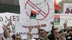 무아마르 카다피 리비아 국가원수의 퇴진을 촉구하는 대학생들로 구성된 반정부 시위대가 동부 도시 벵가지에서 시위를 벌이고 있다.