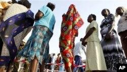 Wanawake wa Sudan kusini wakisimama kwenye mstari mrefu wakisubiri kupiga kura katika kura ya maoni katika mji mkuu wa Juba,Sudan ya kusini. Jan. 9, 2011.