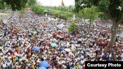 Người dân ở Vinh, tỉnh Nghệ An, tuần hành phản đối nhà máy của Formosa, 15/8/2016. (Ảnh: Chu Mạnh Sơn)