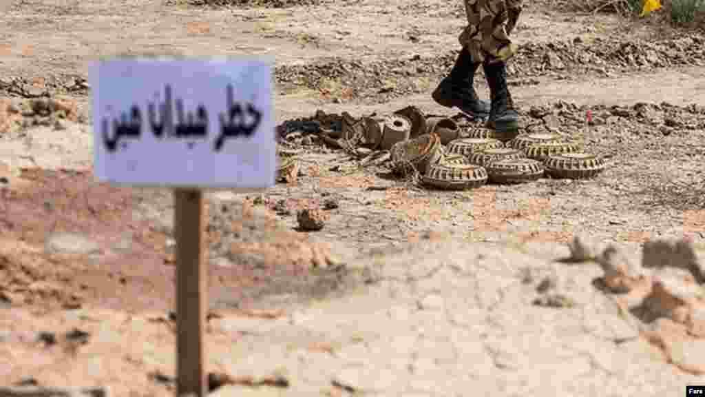 پاکسازی مناطق آلوده به مین در مناطق مرزی کوشک توسط یگان پاکسازی ۴۰۹ ارتش ایران در حال انجام است. کار پاکسازی ۲۳۰۰ هکتار از اراضی واگذار شده به ارتش باقی مانده است که تا اواسط سال ۱۳۹۵ به اتمام خواهد رسید. از دوران جنگ عراق با ایران، تاکنون از اراضی ذکر شده حدود پنج میلیون و ۲۳۰ هزار مین و همچنین حدود شش میلیون و ۳۲۰ هزار گلوله عمل نکرده، راکت و بمب جمعآوری و تخریب شده است. عکس: سهیل صحرانورد، فارس
