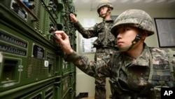 Južnokorejski vojnici podešavaju opremu koja se koristi za emitovanje propagandnih poruka preko granice u Severnu Koreju