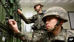 Soldados del Ejército surcoreano ajustan el equipo usado para las transmisiones de propaganda cerca de la frontera con Corea del Norte, en Yeoncheon, Corea del Sur, el viernes, 8 de enero, de 2016.