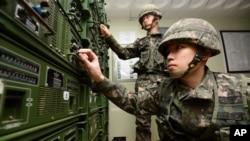8日在韩朝边境附近的韩国涟川郡,韩国士兵调试用来进行宣传广播的设备。周五被认为是朝鲜领导人金正恩的生日,这一天,韩国通过向朝鲜广播反平壤的宣传内容来回应其核试验行为。