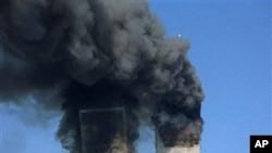 2001年9月11日纽约世界贸易中心遭到袭击,冒着浓烟(档案照片)