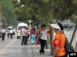 天安门附近的街道上布满了佩戴红袖章的治安志愿者