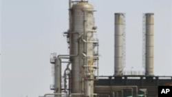 中國與利比亞有數十億美元的貿易協議﹐其中包括在石油方面得投資。