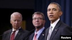 Tổng thống Mỹ Barack Obama phát biểu sau khi tham dự cuộc họp Hội đồng An ninh Quốc gia về chiến dịch chống Nhà nước Hồi giáo cùng với Phó Tổng thống Mỹ Joe Biden (trái) và Bộ trưởng Quốc phòng Mỹ Ash Carter (giữa) tại Ngũ Giác Đài ở Washington.