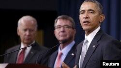 美国总统奥巴马在国防部参加国家安全会议后发表谈话,身旁是副总统拜登和国防部长卡特(2015年12月14日)