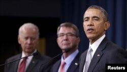 Tổng thống Mỹ Barack Obama phát biểu sau khi tham dự cuộc họp Hội đồng An ninh Quốc gia về chiến dịch chống Nhà nước Hồi giáo cùng với Phó Tổng thống Mỹ Joe Biden (trái) và Bộ trưởng Quốc phòng Mỹ Ash Carter (giữa) tại Lầu Năm Góc, Washington, ngày 14/12/2015.