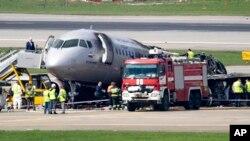 6일 모스크바 인근 셰레메티예보 공항에서 비상착륙 중 불이 난 사고 여객기.