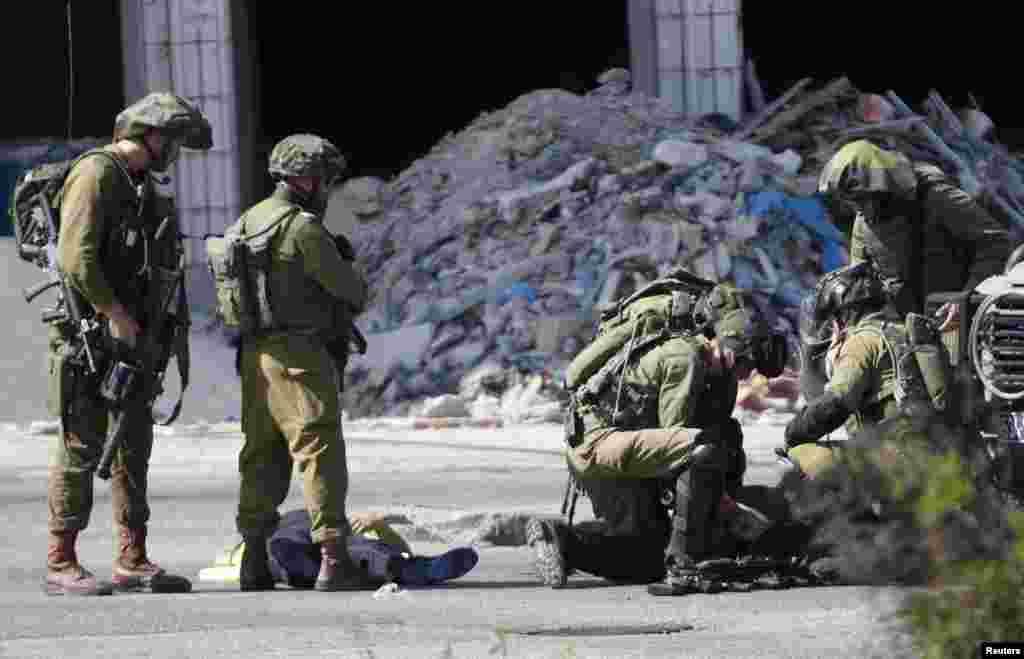 فلسطینی حکام کے مطابق غربِ اردن اور غزہ میں فلسطینیوں اور اسرائیلیوں کے درمیان تازہ جھڑپوں میں مزید تین فلسطینی ہلاک ہو گئے ہیں۔