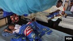 Penderita malaria dirawat di rumah sakit Kenya (foto: dok).