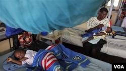 Penderita malaria dirawat di rumah sakit Kenya (foto: dok). Jurubicara WHO Gregory Hartl membantah bahwa jumlah kematian akibat malaria dua kali lebih besar dari perhitungan WHO.