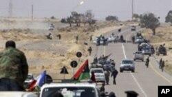 มีรายงานว่า เจ้าหน้าที่ซีไอเอสหรัฐอยู่ในลิเบีย นักวิเคราะห์คาดว่านอกจากเก็บข่าวกรองแล้ว คงจะฝึกฝ่ายกบฎในการใช้อาวุธที่ยึดมาจากรัฐบาล