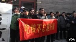 市民展出橫幅懷念趙紫陽當年在農村改革時的貢獻(美國之音東方拍攝)