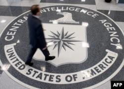 ຊາຍຄົນໜຶ່ງ ຍ່າງຂ້າມ ເຄື່ອງໝາຍ ສັນຍາລັກ ຂອງ ອົງການສືບລັບ (CIA) ຢູ່ໃນສຳນັກງານໃຫຍ່ ຂອງ CIA ໃນເມືອງ Langley, ລັດ Virginia.