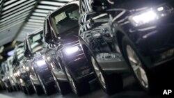 지난 3월 독일 볼프스부르크의 폴크스바겐 공장에서 생산 차량의 최종 품질검사가 진행되고 있다. (자료사진)