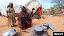 아프라카 소말리아 남부 딘수르 지역의 난민 캠프에서 한 여성이 가족을 위해 밥을 짓고 있다. (잘사진)