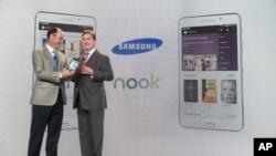Tim Baxter, el presidente de Samsung Electronics America, y Mike Huseby, de Barnes&Noble, durante el evento en el que presentaron la nueva tableta.