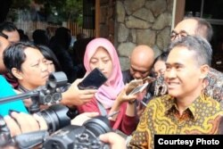 Rektor UGM Panut Mulyono memberi keterangan pada media setelah bertemu Ombudsman, Selasa (8/1). (Foto courtesy: Humas UGM)