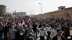 Des coptes égyptiens manifestent dans la rue après une attaque qui a coûté la vie à 24 personnes, au Caire, Egypte, le 12 décembre 2016.